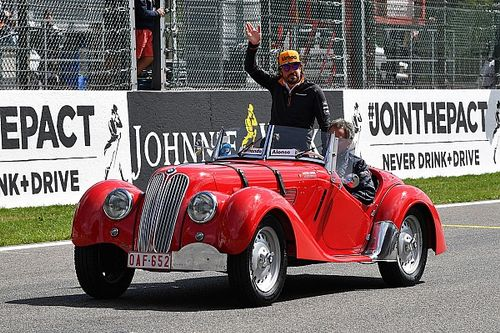 Képeken az F1-es retro versenyzői parádé a Belga Nagydíjról: Alonso egy BMW-ben