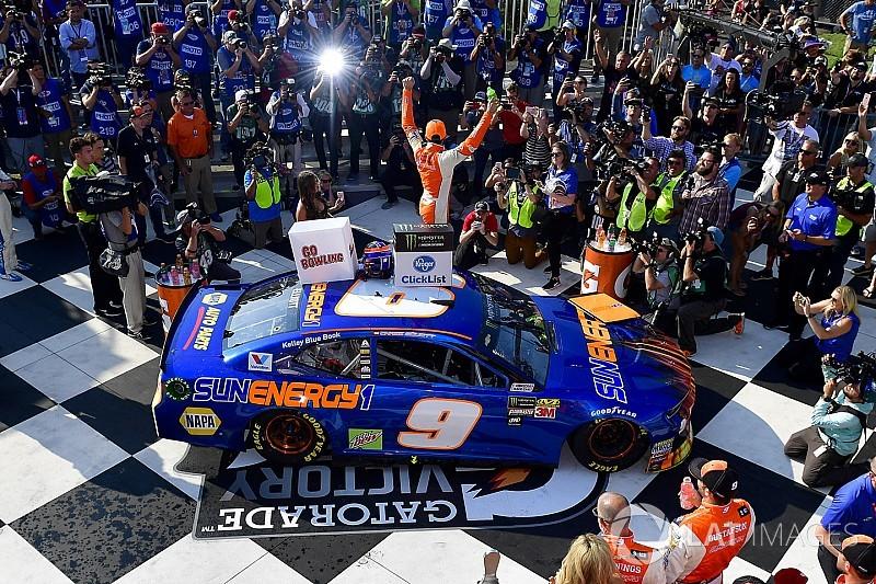 Эллиотт вырвал победу в захватывающей концовке гонки NASCAR
