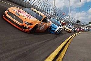 Coureurs en simracers strijden in NASCAR Heat All-star race