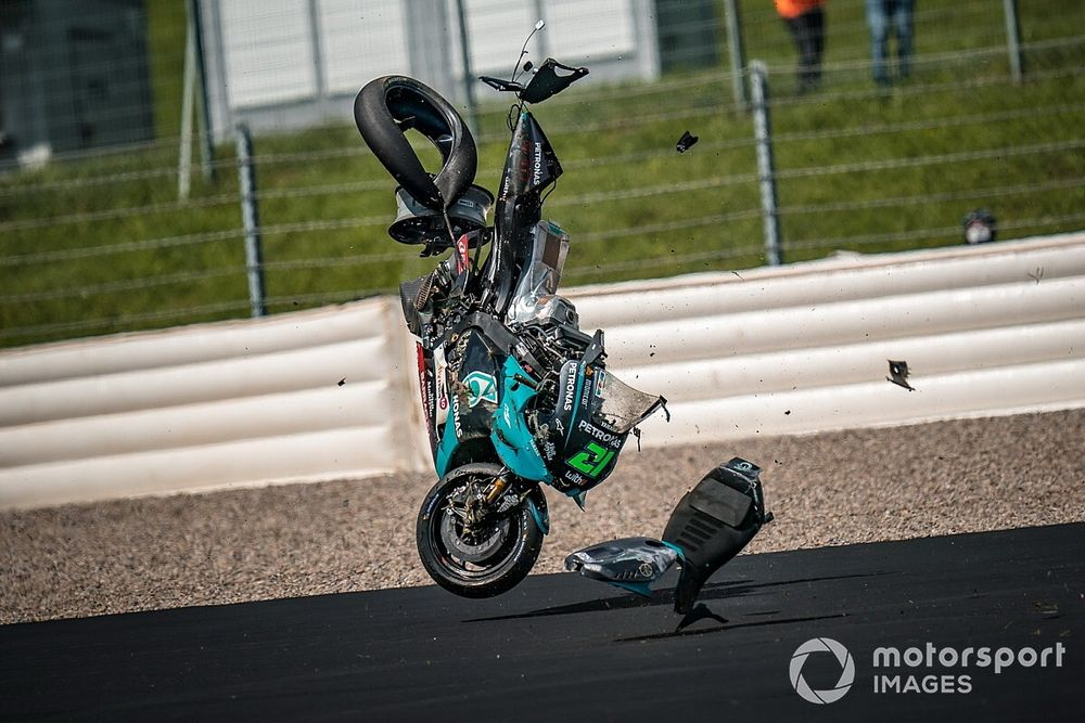 Кувыркающиеся мотоциклы пролетают в сантиметрах от пилотов. Видео и фото жесткой аварии на гонке MotoGP в Австрии