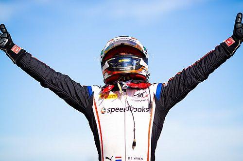 """De Vries grijpt leiding in F2-kampioenschap: """"Verandert niets"""""""