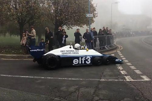 Ez maga az álom: utcára vitték a hatkerekű F1-es autót