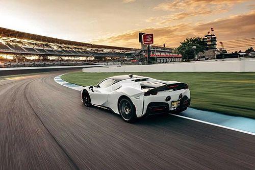 Videón, ahogy a Ferrari SF90 Stradale körrekordot repeszt Indianapolisban
