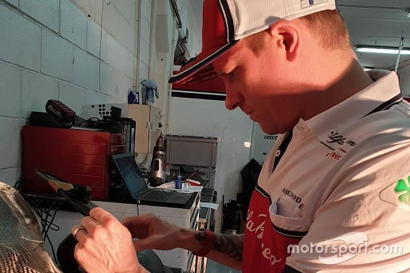 VIDEO: Kimi repara el asiento de su auto de F1