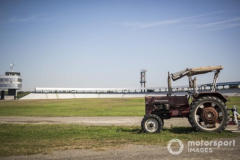 Összeállt a Vettel-Kimi duó, Hamilton odarakta, retro traktor