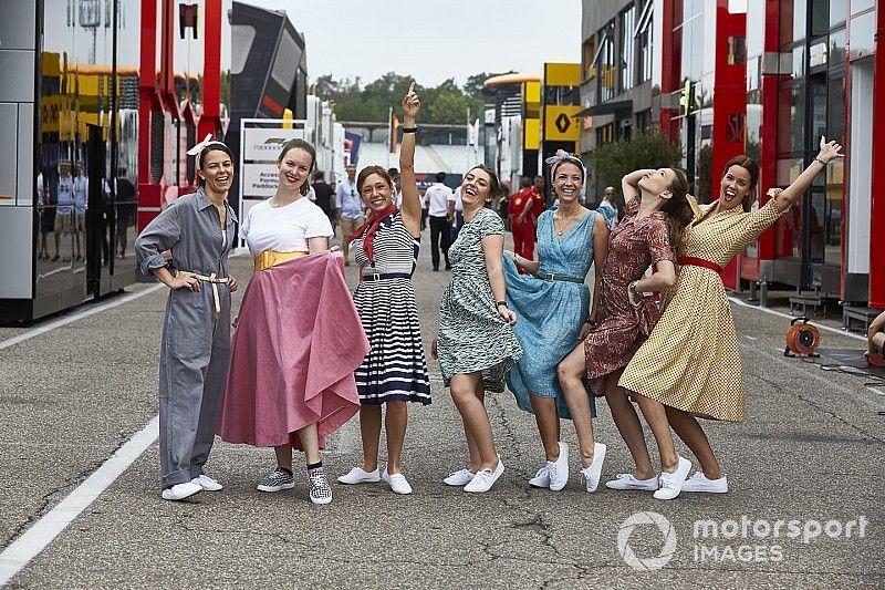 Fotos: Mercedes vuelve a la indumentaria de los años 50