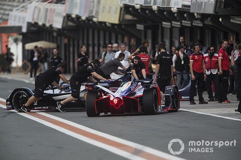 На тестах Формулы Е провели симуляцию гонки, но целиком ее проехали всего трое