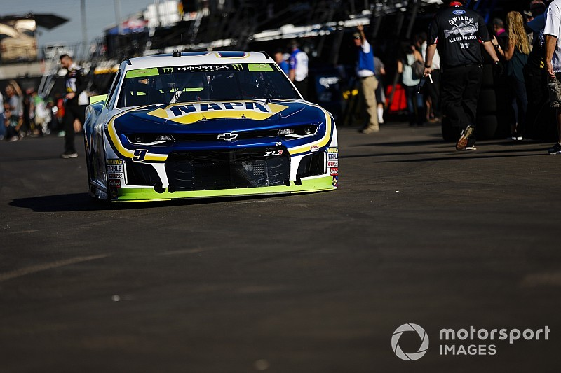 Chase Elliott wins Stage 1 as cut tire forces Harvick to pit road