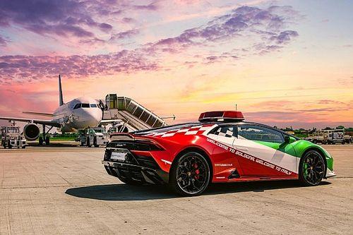 Una Lamborghini Huracan Evo corre tra gli aerei