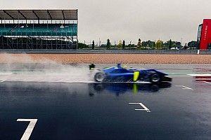 Látványos onboard, ahogy Norris odalép az esőben az F3-as autónak (videó)