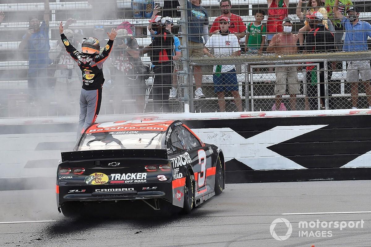 Гонщики легендарной команды NASCAR сделали дубль в сверхаварийной гонке