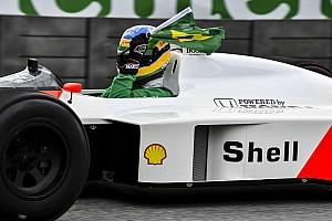 Bruno Senna Ayrton Senna McLaren-Hondájával Brazíliában