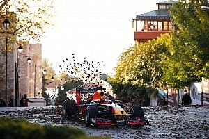 VIDEO: Gasly en Albon scheuren door Istanbul en over Bosporusbrug