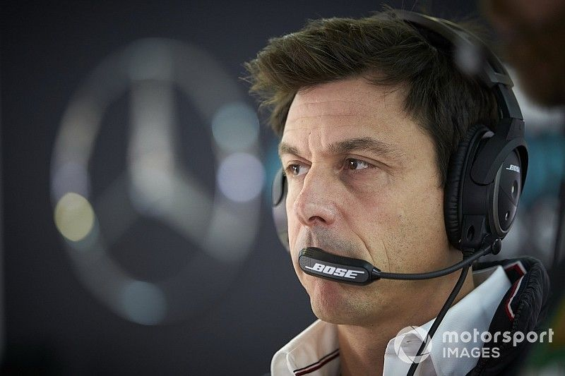 Wolff: Está mal presionar a los comisarios por sanción a Vettel