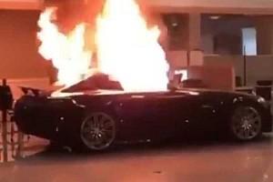 Teljesen szétszedtek egy Mercedes-kereskedést a tüntetők Kaliforniában