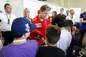"""Vettel egyszerűen """"félretette"""" a srác mercedeses sapkáját, majd jött a nemes gesztus: videón a jelenet"""