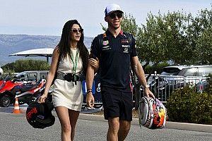 Gasly egy szép nő oldalán: az egyik legszebb F1-es barátnő?