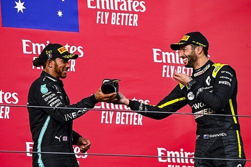 Wspólny toast Ricciardo i Hamiltona