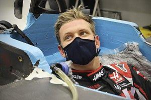 Fotos: Mick Schumacher ajusta su asiento para el debut en F1