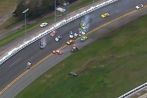 Accidente elimina a varios candidatos en Daytona, entre ellos a Suárez