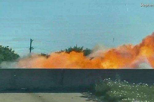 Hollywoodi filmbe illő videón, ahogy egy autó szó szerint felrobban az autópályán