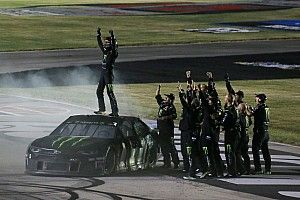 Kurt Busch out-duels brother Kyle on last lap to win Kentucky