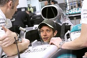 Росси прошел подгонку сиденья в Mercedes для заездов с Хэмилтоном
