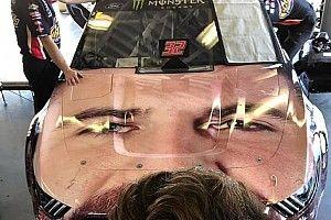 Equipo de NASCAR coloca rostro de piloto en el cofre de su auto para las 500 de Daytona