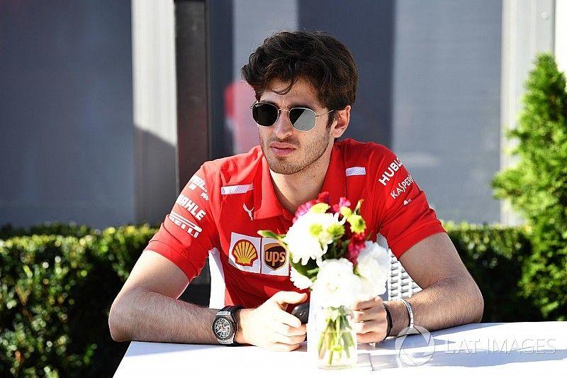 Giovinazzi rajthoz áll Le Mans-ban a Ferrari színeiben