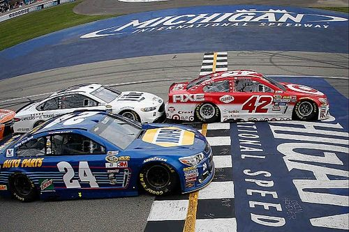Chase Elliott loses shot at first win on late-race restart