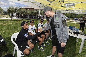 Anggi Setiawan berjumpa dengan Valentino Rossi