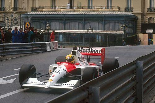 Egészen lenyűgöző: egy otthoni, mozgó F1-es szimulátor, Senna-sisakban és overálban (videó)