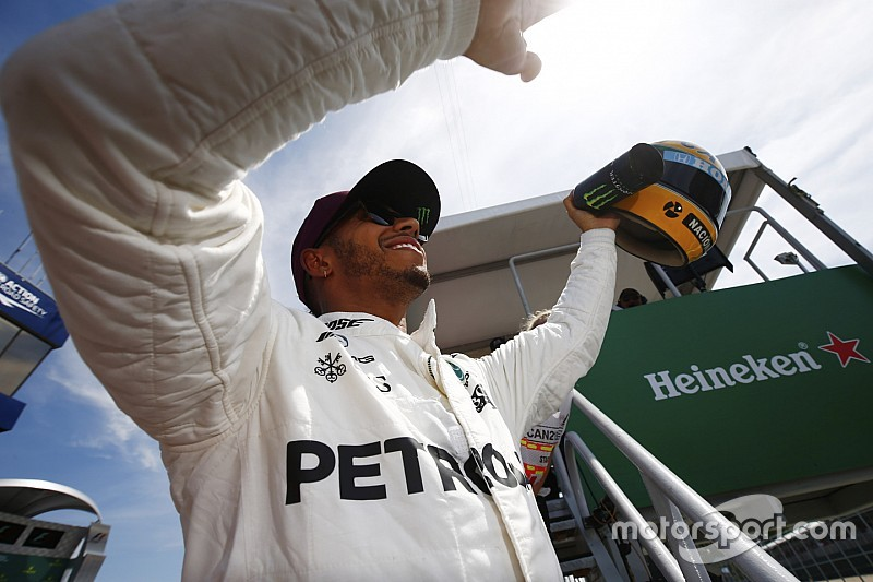 Hamilton recibió un casco de su ídolo Senna... y se emocionó