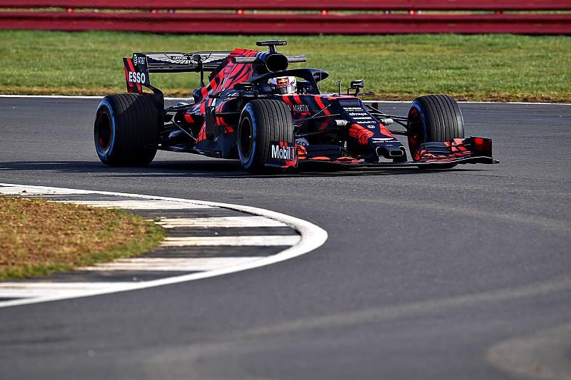Videón, ahogy Verstappen meghajtja az új Red Bullt