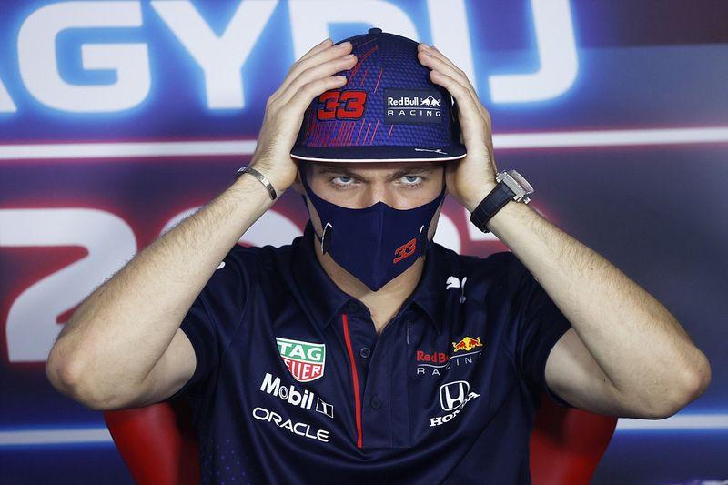 """VIDEO: Verstappen estalla contra """"ridícula"""" pregunta sobre Hamilton"""
