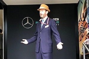 Mercedes: il personale del team vestito Anni '50