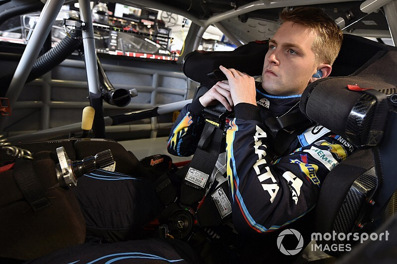 Byron gana una caótica carrera virtual de NASCAR
