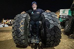 Парализованный гонщик исполнил «пончики» на инвалидной коляске на подиуме «Дакара»