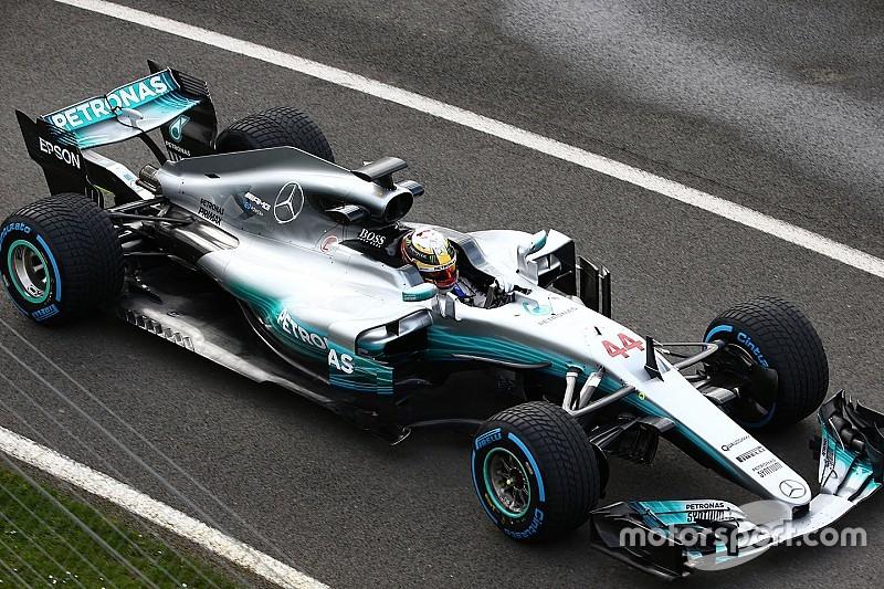 Новая машина Mercedes выехала на трассу