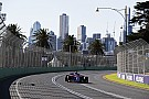 Команди та пілоти дивляться на небо Мельбурна