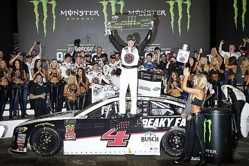 Harvick bate Suarez e vence All-Star Race em Charlotte