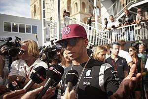 Hatalmas elismerés Hamilton neve mellett: az év sportolója Messivel