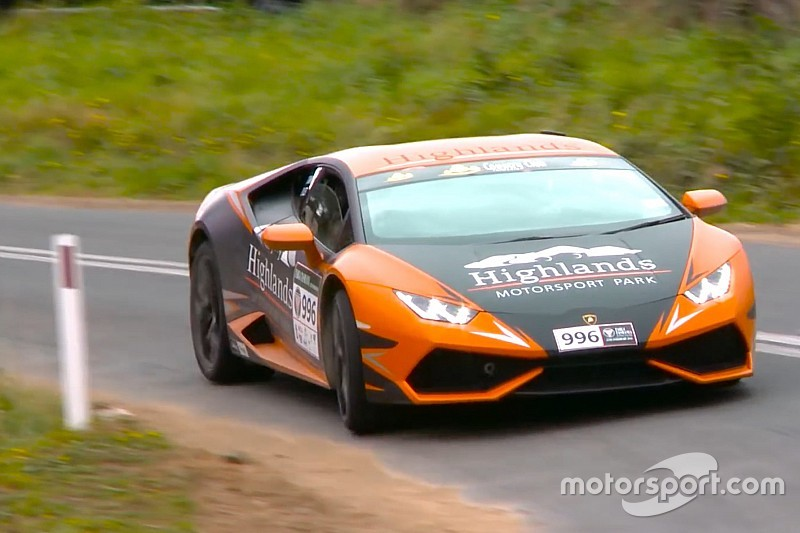 Video: Waaghals rijdt Lamborghini Huracan op haar na total loss