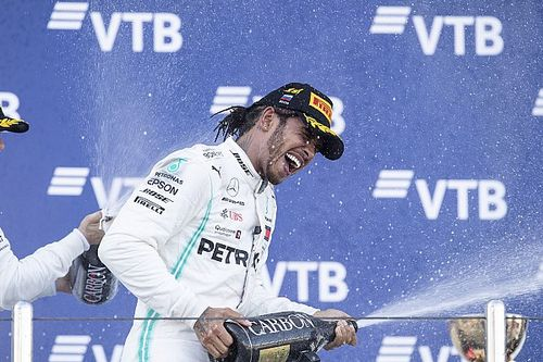 Hamilton aprovecha otro fiasco de Ferrari para ganar en Sochi