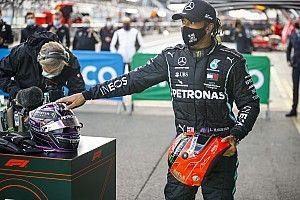 Hamilton recibe un casco de Schumacher tras igualar su récord