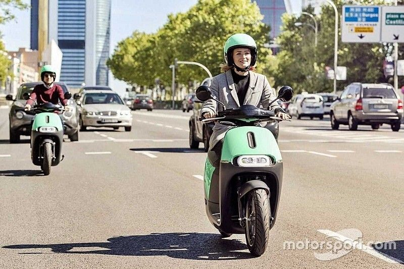 Probamos las motos eléctricas compartidas en Madrid