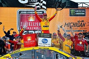 Joey Logano beats Kurt Busch in two-lap shootout at Michigan