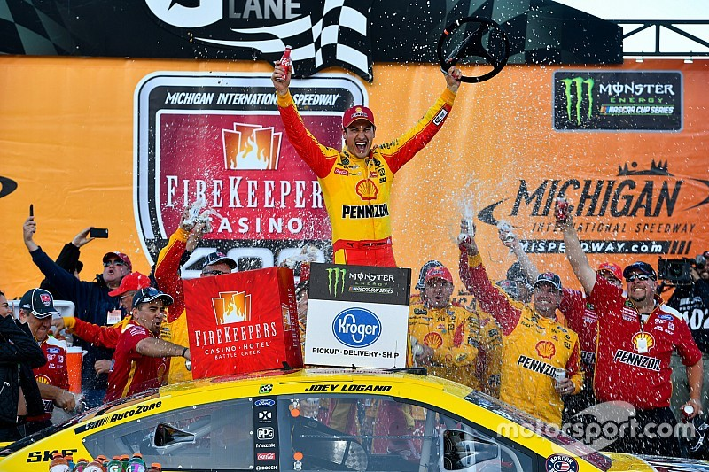 NASCAR: Na prorrogação, Logano vence em Michigan em prova adiada pela chuva
