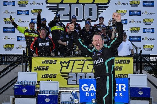 Johnny Sauter holds off Moffitt for third straight Dover Truck win