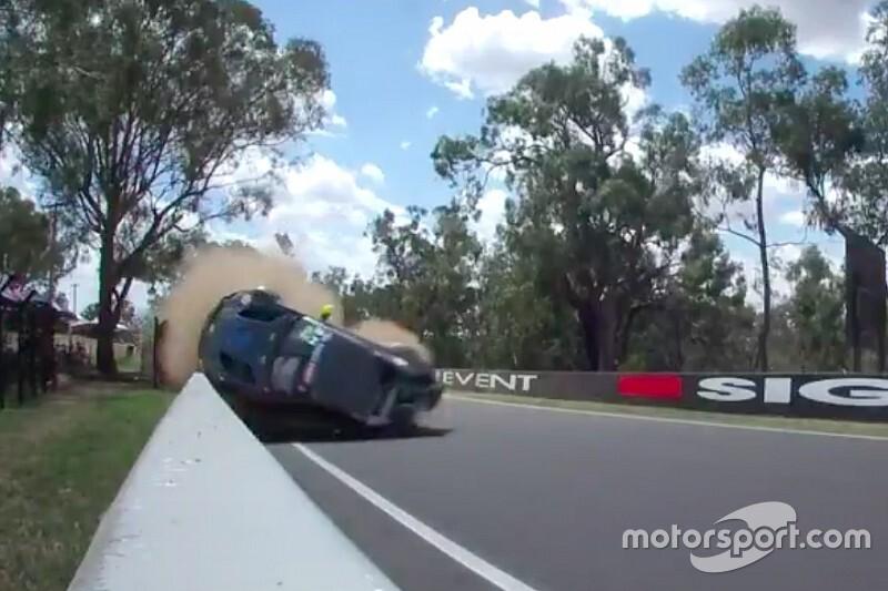 Brutális bukás az Aston Martinnal a Bathurston (videó)